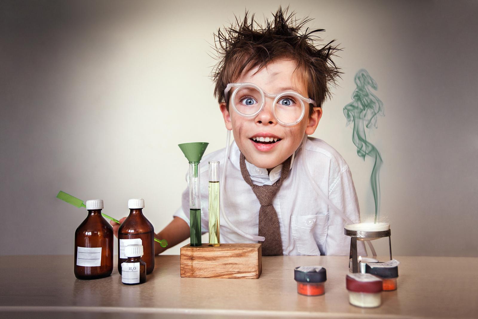 Gamin qui vient de rater des tests chimiques