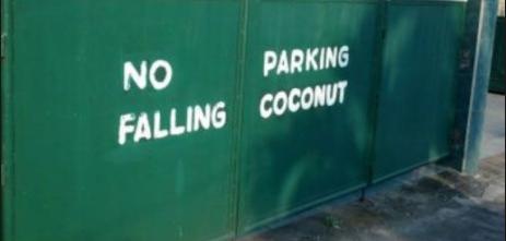 """No Parking etFalling coconuts écrit l'un dessous de l'autre. Les mots sont tellement espacés que l'on comprend : """"No falling, parking coconuts"""""""